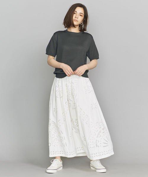 ダークグレートップス×白の花柄スカート