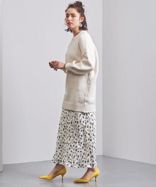 白ニット×白の花柄スカートコーデ