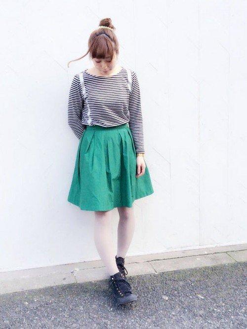 グリーンスカート×ライトグレータイツコーデ