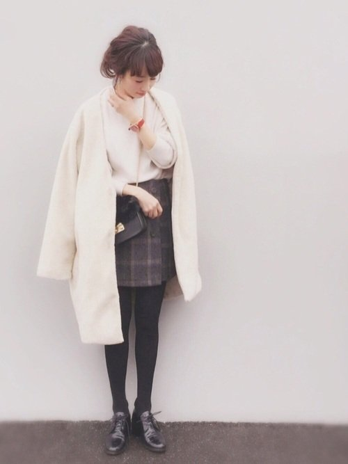 白ニットとミニスカートを使ったディズニーの冬デートの服装