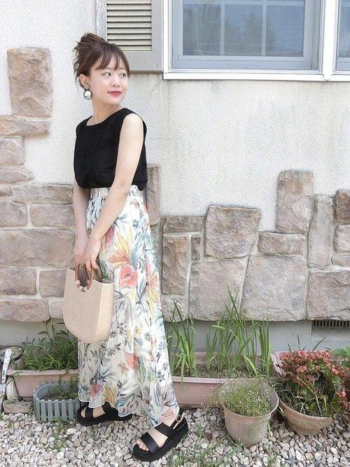 最低気温19度の日は黒ノースリーブと花柄フレアスカートの服装で色っぽレディに