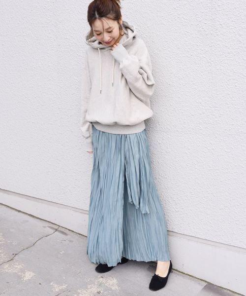 グレーパーカー×水色プリーツスカートコーデ