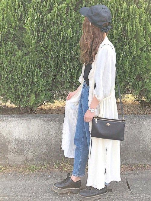黒のキャップ 白のシャツワンピース デニムジーンズ