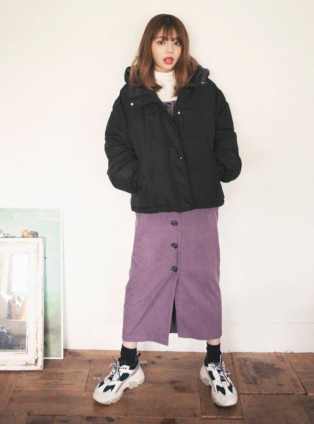 黒のダウンジャケット 紫のロングスカート