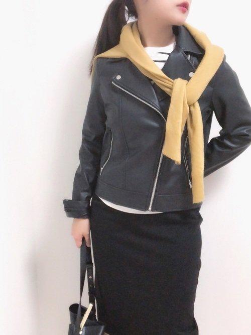 ライダースジャケット 黒のタイトスカート 辛子色のセーター