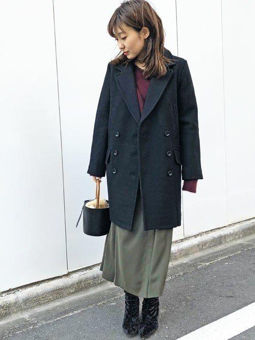 黒のメルトンコート グレーのスカート
