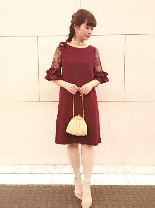 赤いドレス×ベージュパンプス