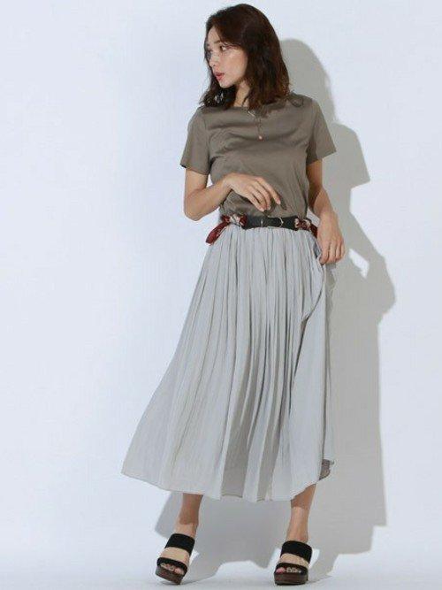 スカーフベルトのおすすめコーデ【5】きれいめTシャツ×ギャザースカート