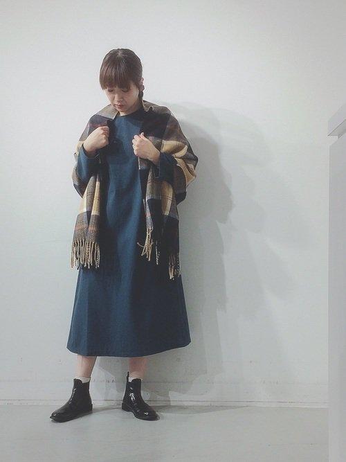 秋は肩掛けストールでぽっちゃり体型をカバーするファッションを