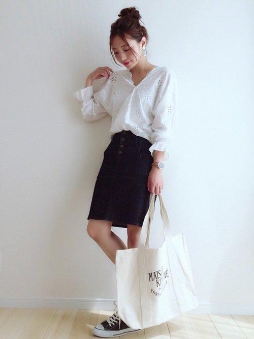 ネイビースカート×白ブラウスのコーデ