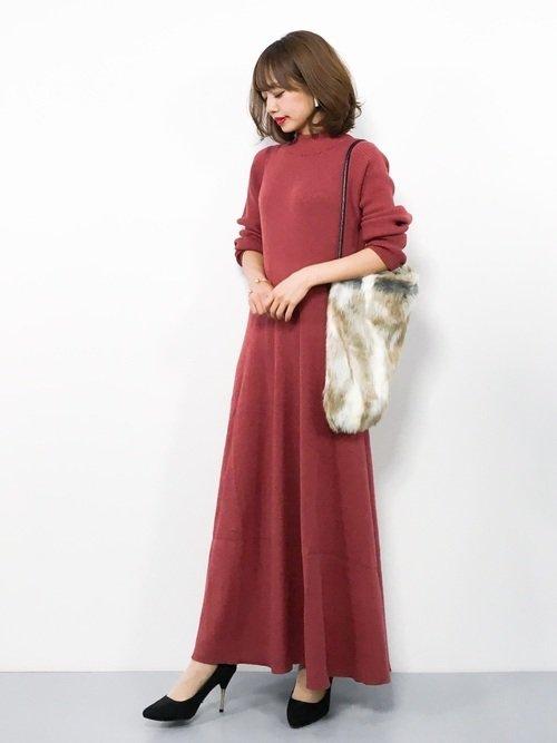 秋らしいベイクドピンクのワンピースを着た女性