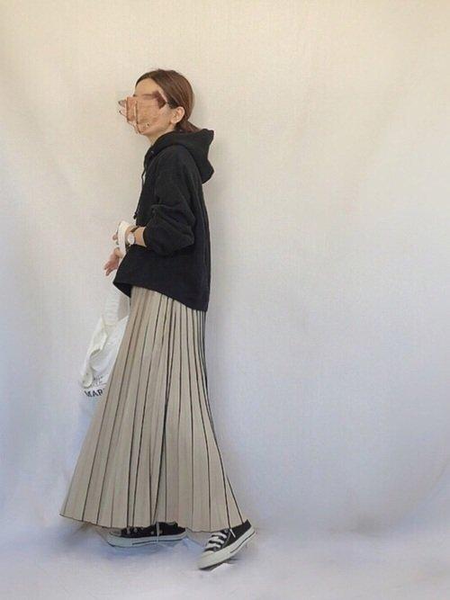 黒トレーナー×プリーツスカート