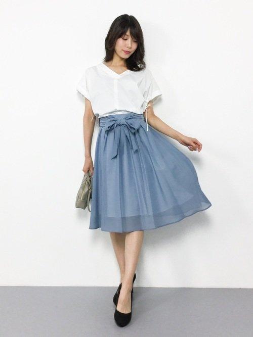 白シャツ×水色スカート
