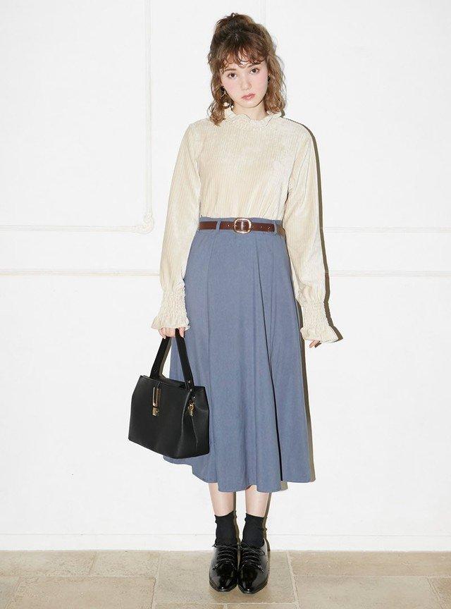 ベージュのカットソー ブルーのフレアスカート
