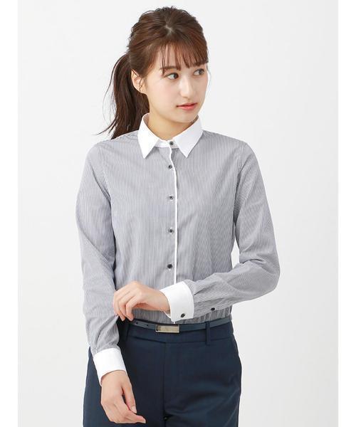 クレリックシャツを着た女性