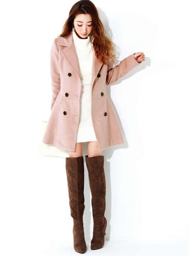 白のニットワンピース ピンクのコート 茶色のニーハイブーツ