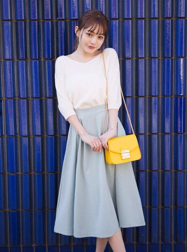 白トップス×水色スカートコーデ
