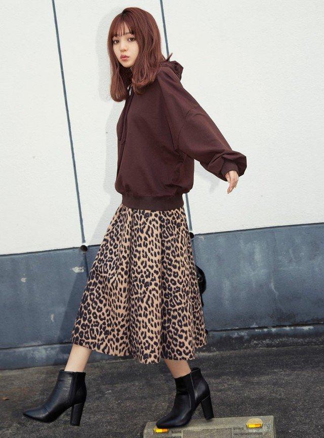 茶色のパーカー レオパードスカート