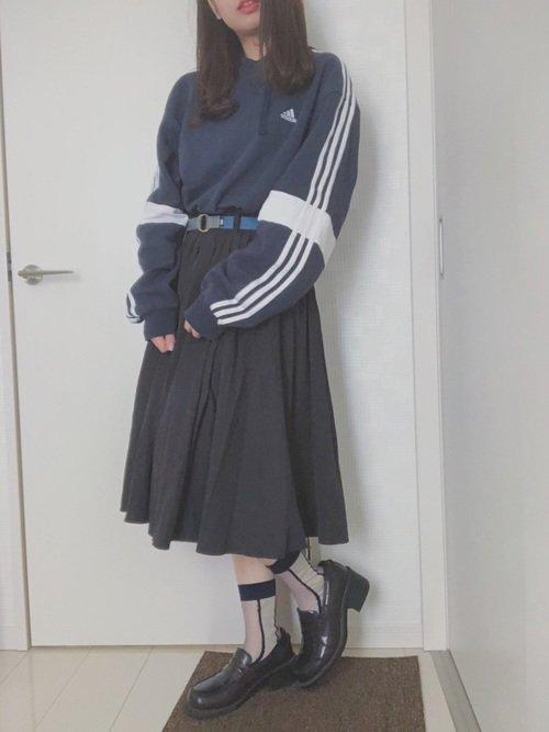 ネイビーのスウェットにスカートを合わせたスポーティーファッション