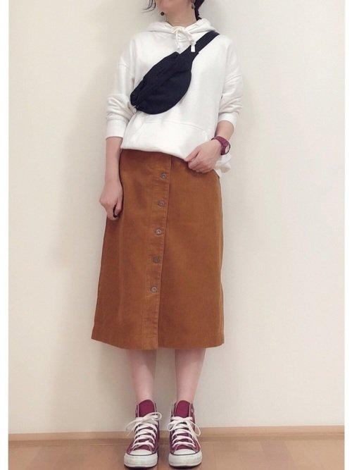 白パーカーとベロア調タイトスカートを合わせたスポーティーファッション