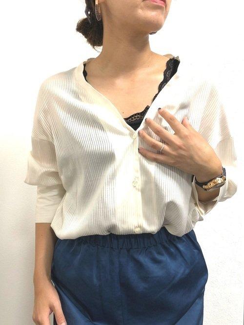 白シャツの襟抜き
