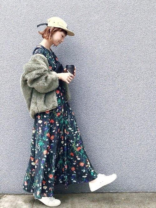 カーキのファージャケット 花柄ワンピース