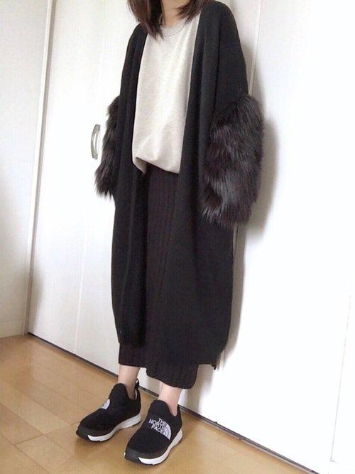 黒の袖ファーカーディガン 白のカットソー 黒のパンツ