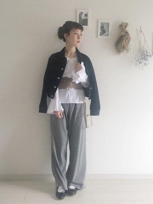 コルセットベルトを着用した女性の写真