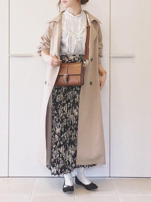 白ブラウスを使ったコーディネート【1】スタンドカラーブラウス×プリーツスカート