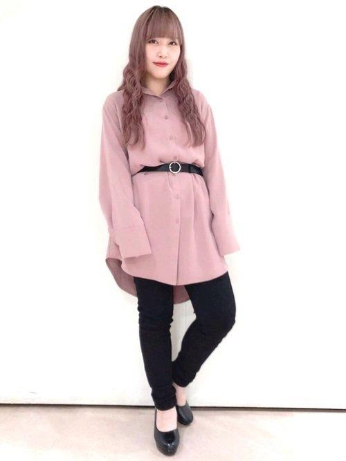 ピンクに合う色:ブラック×ピンクシャツ