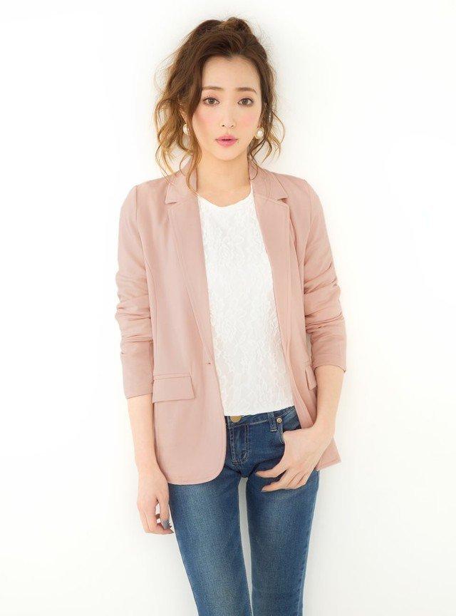 ピンクに合う色:ホワイト×ピンクジャケット