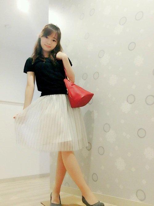 白のフレアスカート 黒のトップス 赤バッグ