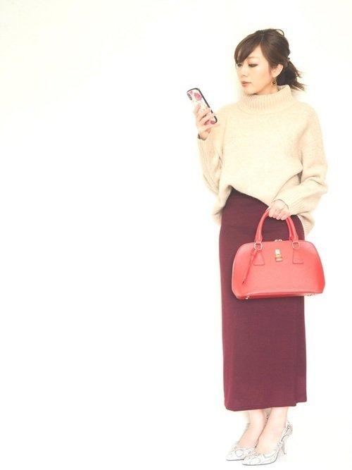 白ニット ボルドーのタイトスカート 赤のハンドバッグ