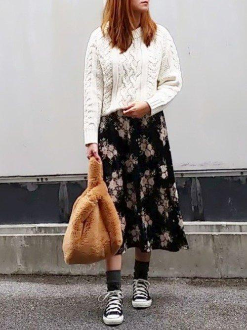 花柄スカート×スニーカーのデートコーデ