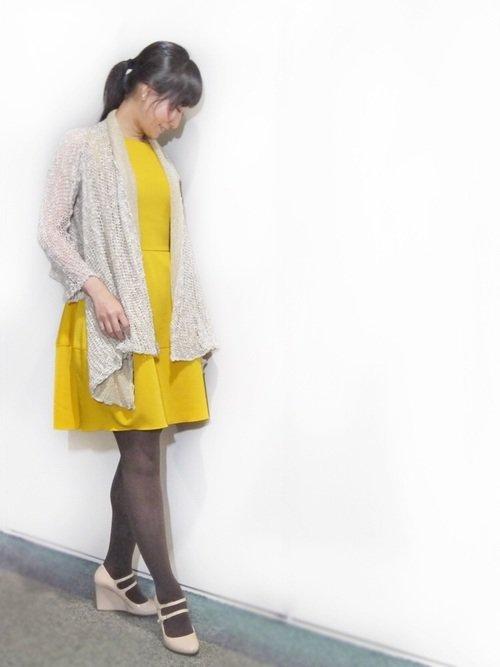黄色のドレスワンピース パンプス