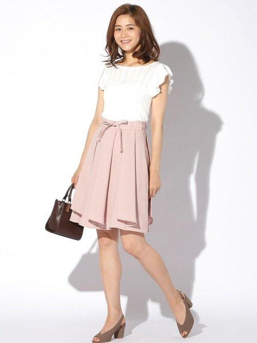 白ブラウス ピンクのフレアスカート