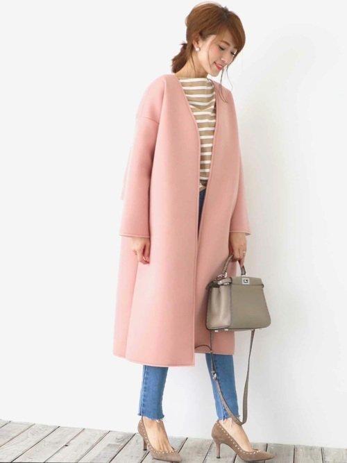 カジュアルなコーデにピンクのコートを着た女性