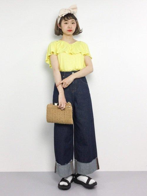 黄色いブラウスを着た女性