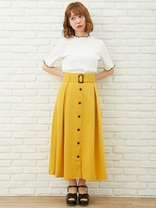 黄色いスカートを穿いた女性