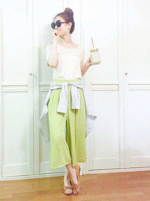 イエローグリーンのパンツを穿いた女性
