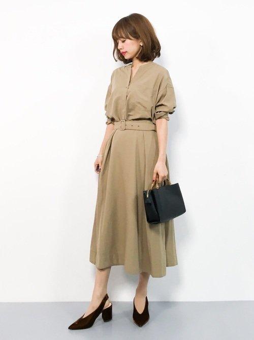 ベージュのロングワンピースを着た女性