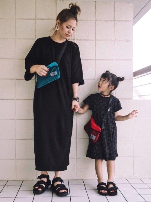 黒いワンピースを着た親子