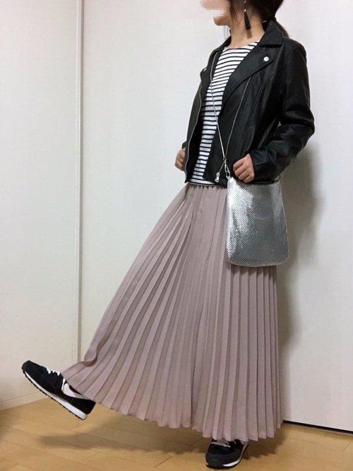 ライダースジャケット ボーダーカットソー ピンクのプリーツスカート