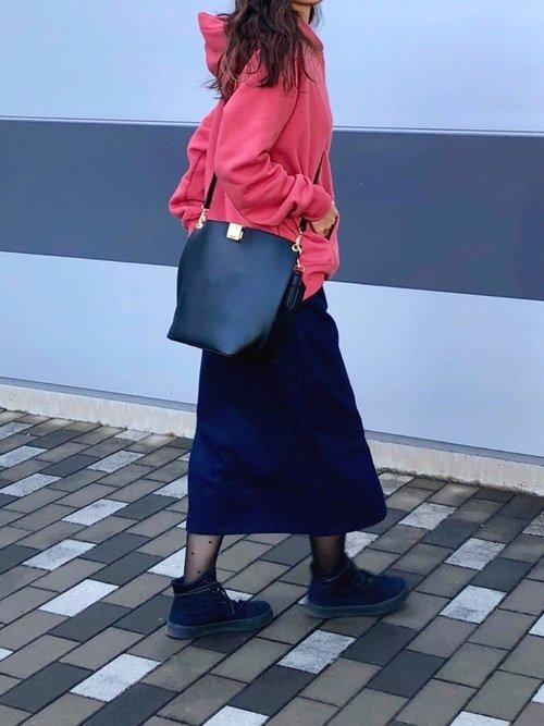 ピンクパーカーとタイトスカートのコーデ