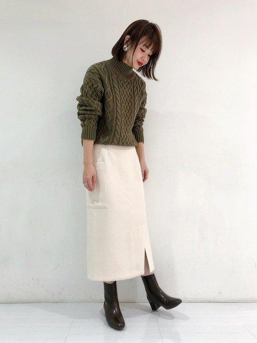 白のタイトスカートと合わせた清楚系コーデ