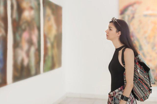 美術館に訪れた女性