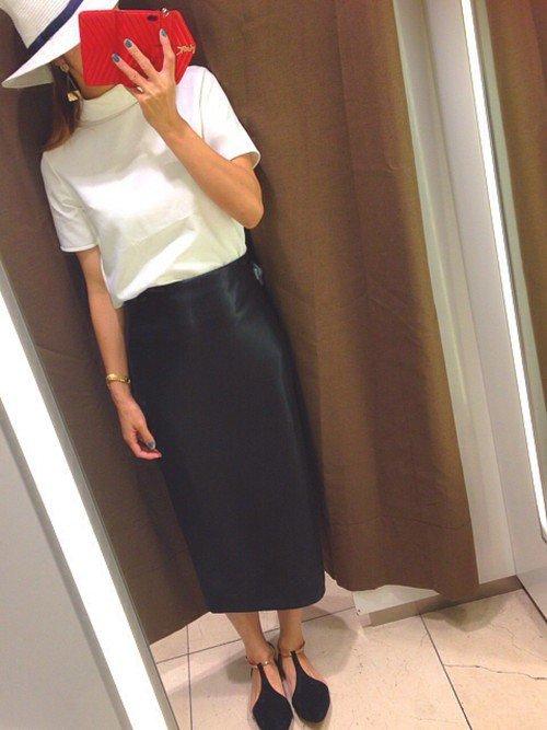 レザースカートでかちっと決めるのが「#ザラジョ」の夏コーデ