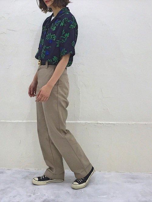 アロハシャツ×ベージュパンツコーデ