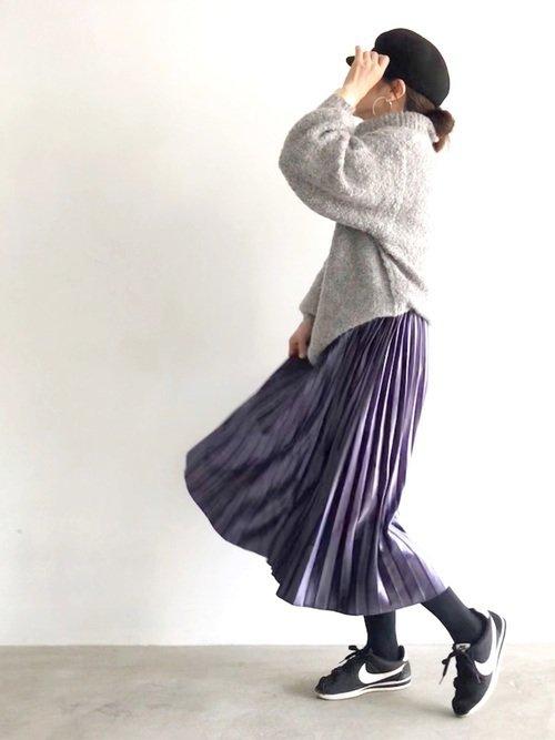 紫に合う色であるグレーを使って優しげな女っぽコーデを作り上げる