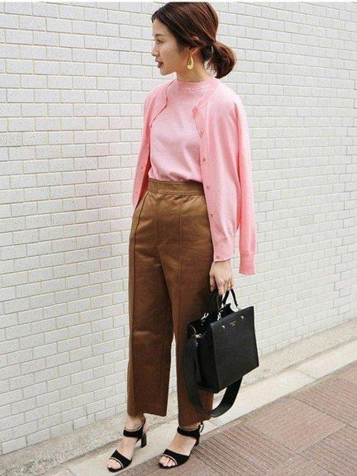 ピンクのアンサンブルニット 茶色のパンツ